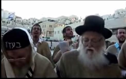 האדמור מהאלמין והרב עמרם ועקנין בכותל בתפילות לביטול גזרות