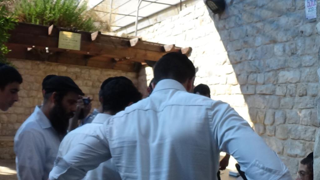 האדמו''ר_מהאלמין_-_קבלת_קהל_לעצה_וברכה_ובחצר_בית_הכנסת_האר''י_ביום_ההילולא_(22)