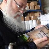 האדמור מהאלמין  עם ספר זוהר תהילים בבית הדפוס