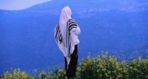 אמונה- שיר של אמונה- אדם  על רקע נוף מתפלל