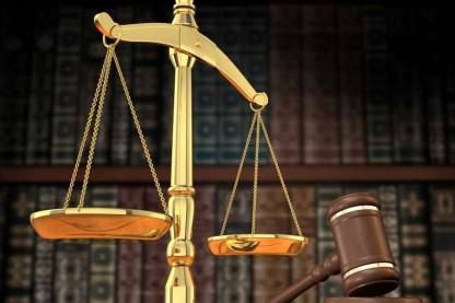 בית משפט- מאזנים ופטיש על רקע סיפיריה -אתר חרדים