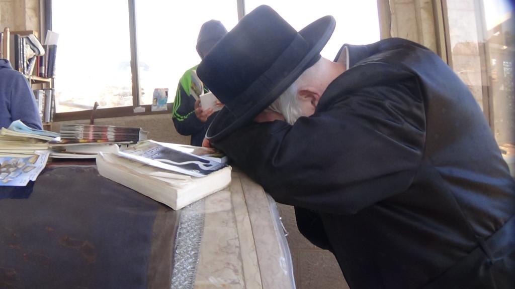 האדמור מהאלמין בתפילות במקומות הקדושים בארץ ישראל מחלק ספרי זוהר תהלים סולם הזוהר ועוד