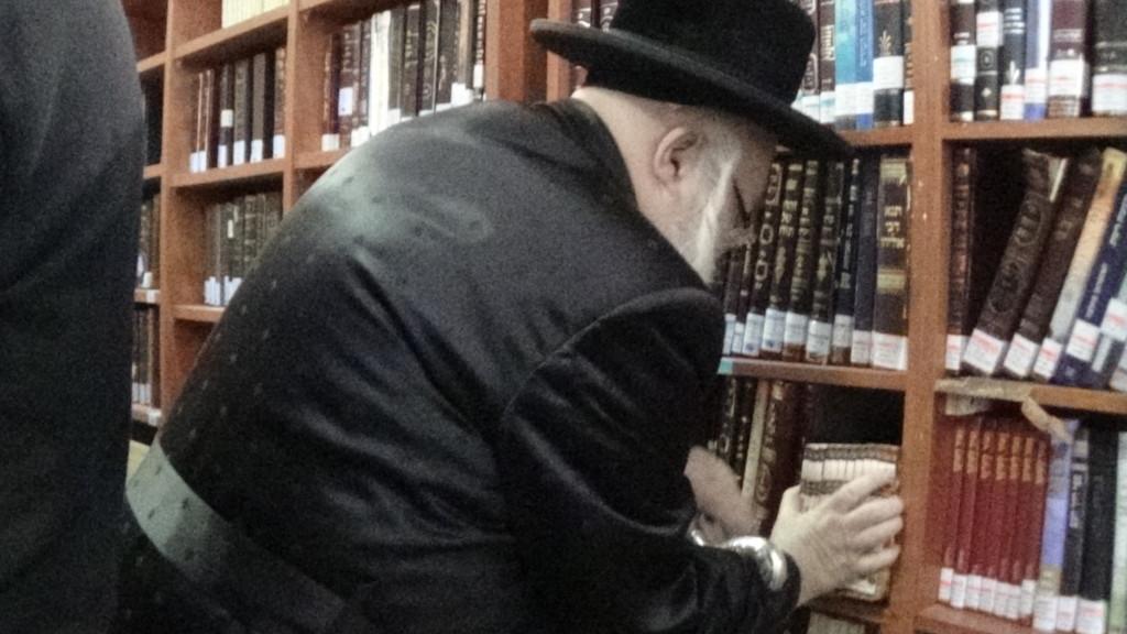 האדמור מהאלמין בתפילות במקומות הקדושים בארץ ישראל מחלק ספרי זוהר תהלים סולם הזוהר ועוד (12)