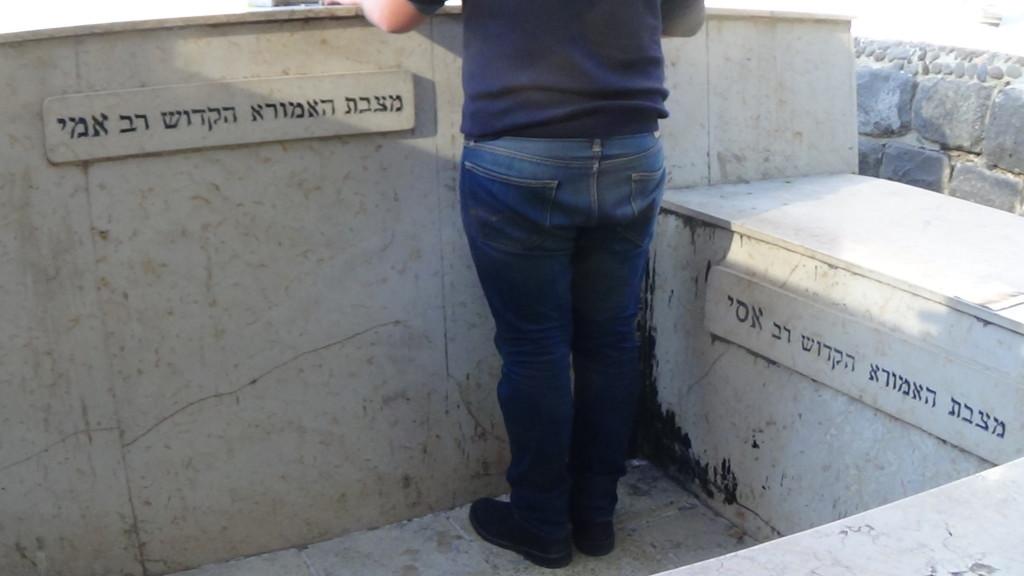 האדמור מהאלמין בתפילות במקומות הקדושים בארץ ישראל מחלק ספרי זוהר תהלים סולם הזוהר ועוד (3)