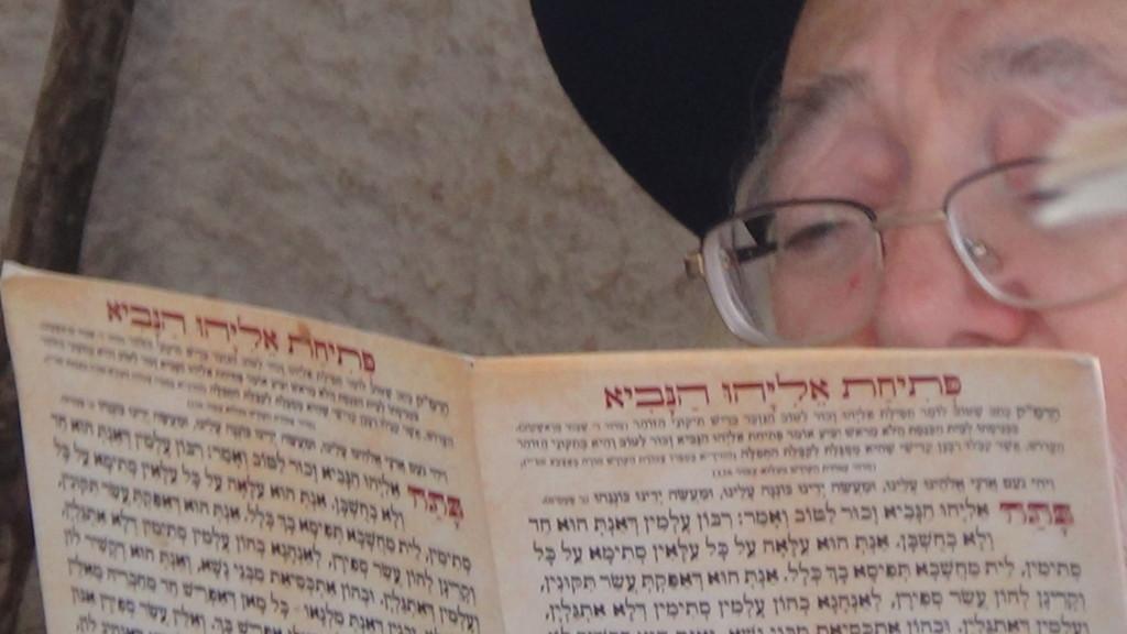 האדמור מהאלמין בתפילות במקומות הקדושים בארץ ישראל מחלק ספרי זוהר תהלים סולם הזוהר ועוד (9)