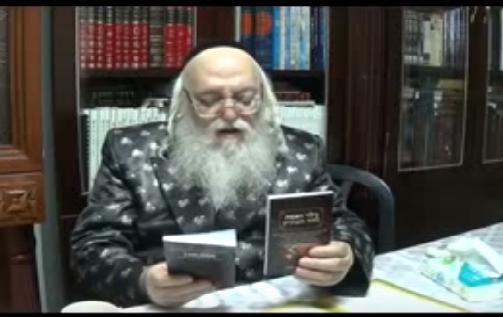 האדמור מהאלמין עם ספרים שהוציא