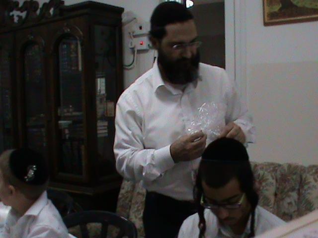 האדמור מהאלמין רבי שלום יהודה גרוס אבות ובנים מוצאי שבת הגדול (10)