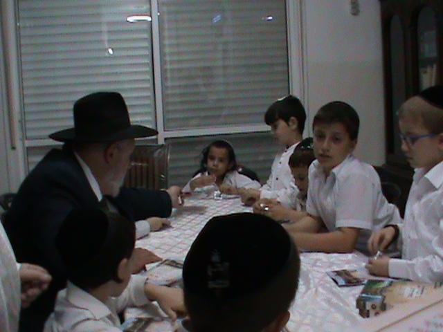 האדמור מהאלמין רבי שלום יהודה גרוס אבות ובנים מוצאי שבת הגדול (11)