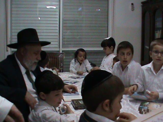 האדמור מהאלמין רבי שלום יהודה גרוס אבות ובנים מוצאי שבת הגדול (12)