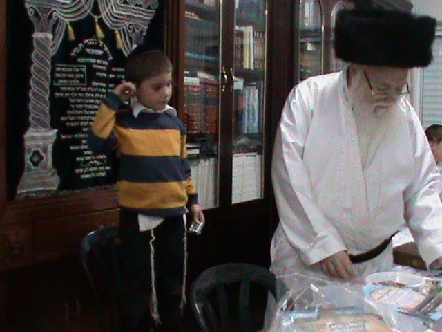 האדמור מהאלמין רבי שלום יהודה גרוס אבות ובנים מוצאי שבת הגדול (13)