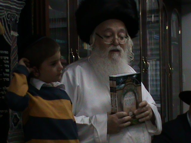 האדמור מהאלמין רבי שלום יהודה גרוס אבות ובנים מוצאי שבת הגדול (15)