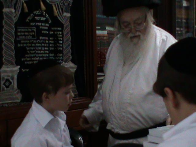 האדמור מהאלמין רבי שלום יהודה גרוס אבות ובנים מוצאי שבת הגדול (16)