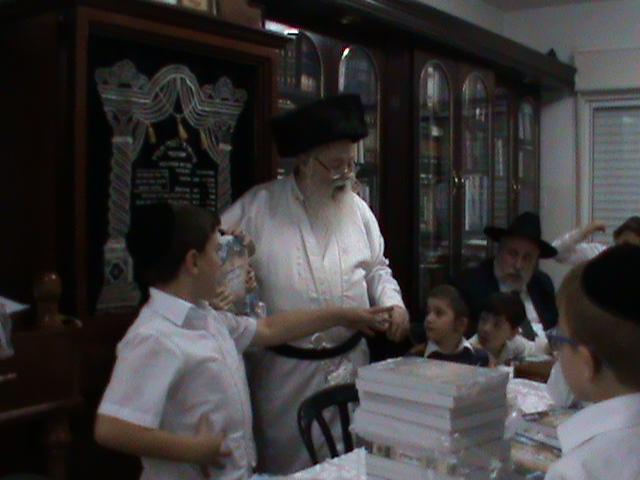 האדמור מהאלמין רבי שלום יהודה גרוס אבות ובנים מוצאי שבת הגדול (18)