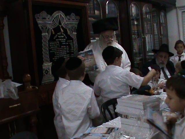 האדמור מהאלמין רבי שלום יהודה גרוס אבות ובנים מוצאי שבת הגדול (19)