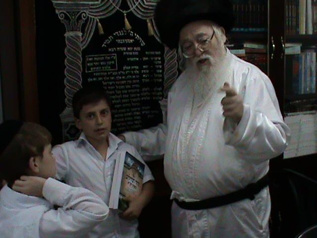 האדמור מהאלמין רבי שלום יהודה גרוס אבות ובנים מוצאי שבת הגדול (20)
