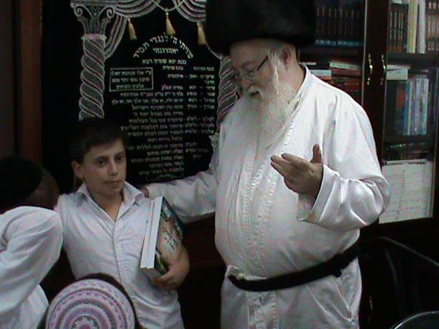 האדמור מהאלמין רבי שלום יהודה גרוס אבות ובנים מוצאי שבת הגדול (21)