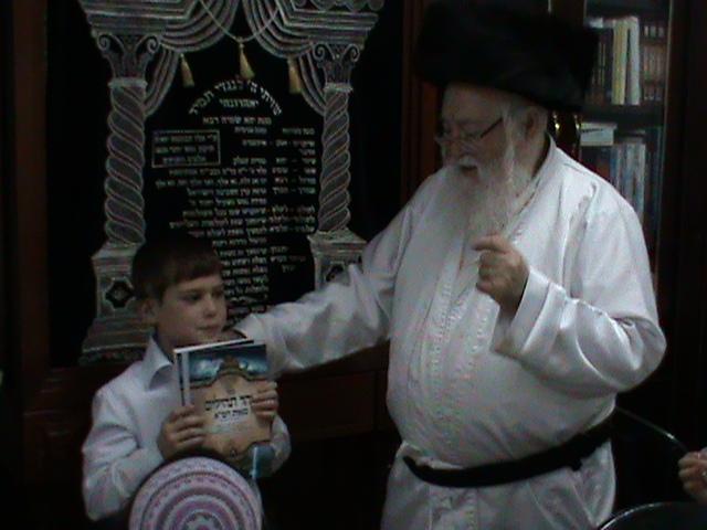 האדמור מהאלמין רבי שלום יהודה גרוס אבות ובנים מוצאי שבת הגדול (22)