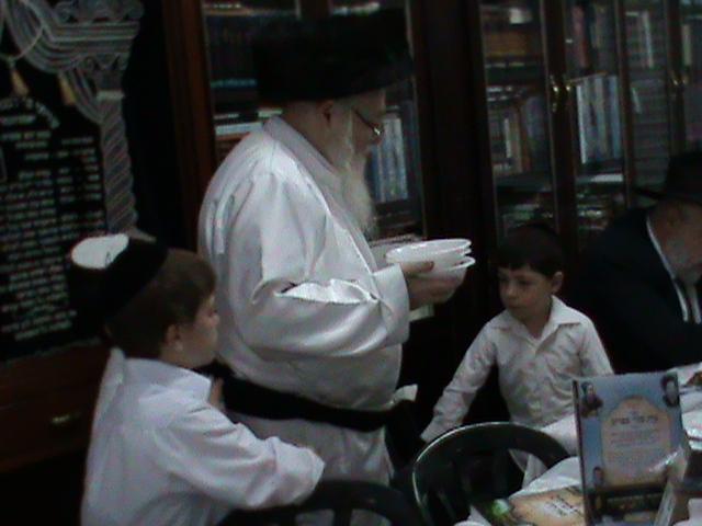 האדמור מהאלמין רבי שלום יהודה גרוס אבות ובנים מוצאי שבת הגדול (23)
