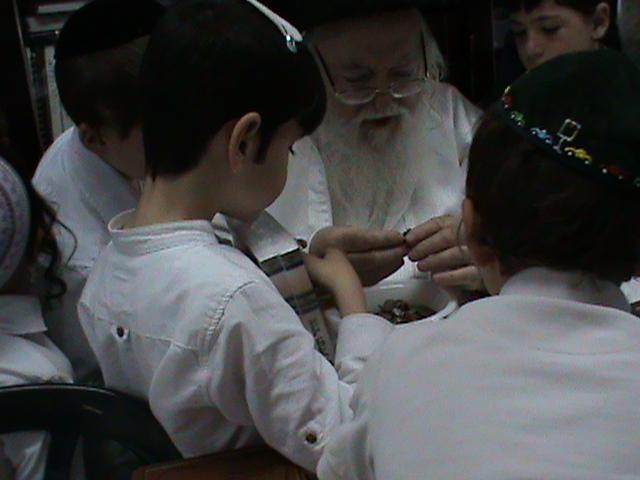 האדמור מהאלמין רבי שלום יהודה גרוס אבות ובנים מוצאי שבת הגדול (24)
