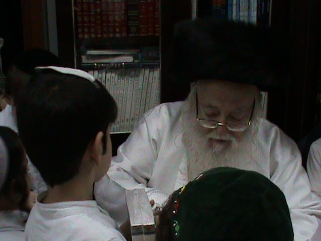 האדמור מהאלמין רבי שלום יהודה גרוס אבות ובנים מוצאי שבת הגדול (25)