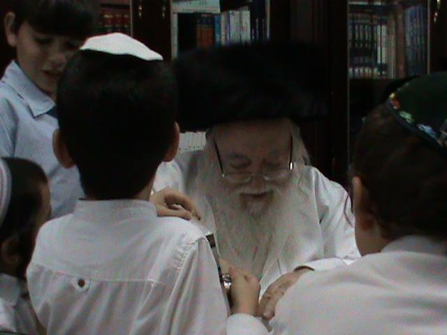 האדמור מהאלמין רבי שלום יהודה גרוס אבות ובנים מוצאי שבת הגדול (28)
