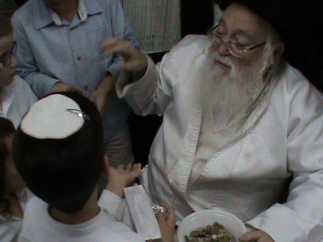 האדמור מהאלמין רבי שלום יהודה גרוס אבות ובנים מוצאי שבת הגדול (31)