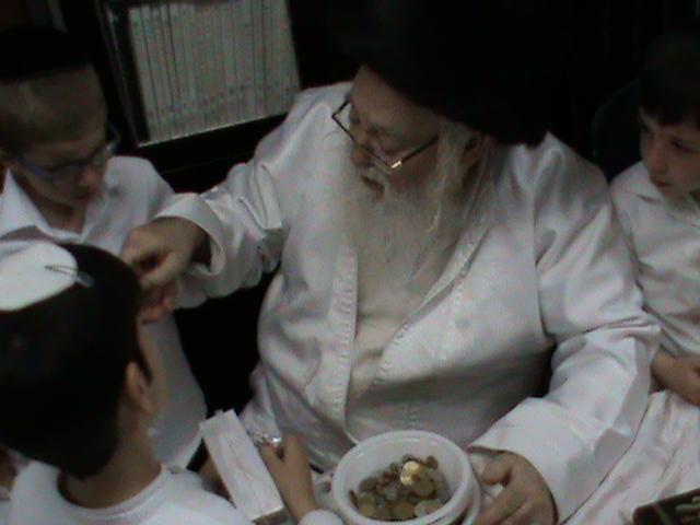 האדמור מהאלמין רבי שלום יהודה גרוס אבות ובנים מוצאי שבת הגדול (34)