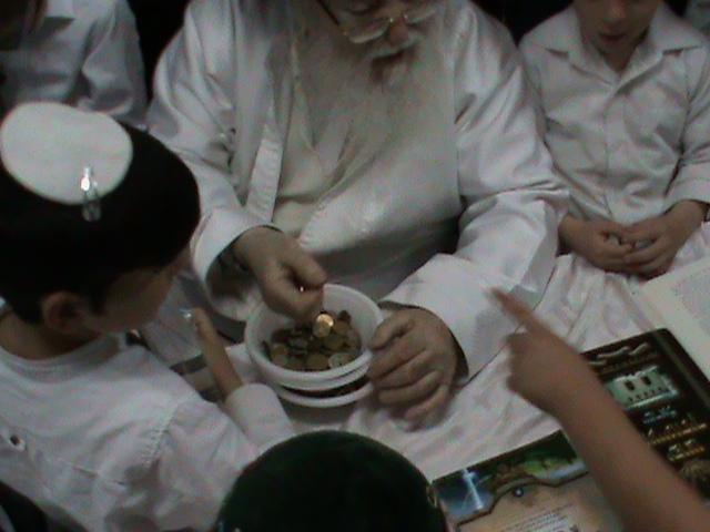 האדמור מהאלמין רבי שלום יהודה גרוס אבות ובנים מוצאי שבת הגדול (36)