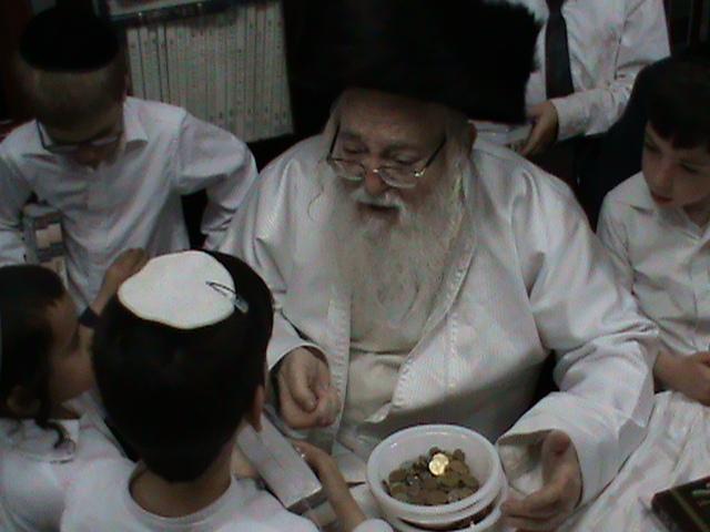 האדמור מהאלמין רבי שלום יהודה גרוס אבות ובנים מוצאי שבת הגדול (38)