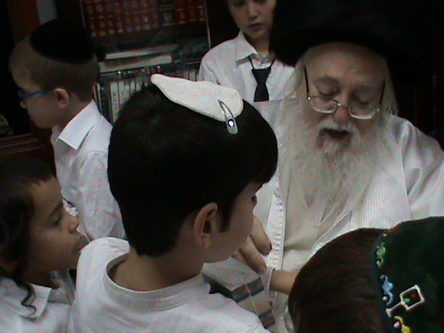 האדמור מהאלמין רבי שלום יהודה גרוס אבות ובנים מוצאי שבת הגדול (40)