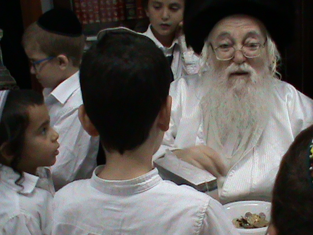 האדמור מהאלמין רבי שלום יהודה גרוס אבות ובנים מוצאי שבת הגדול (41)