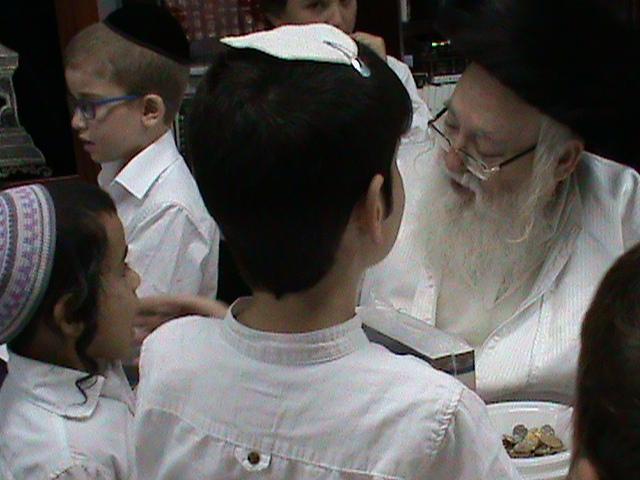 האדמור מהאלמין רבי שלום יהודה גרוס אבות ובנים מוצאי שבת הגדול (42)