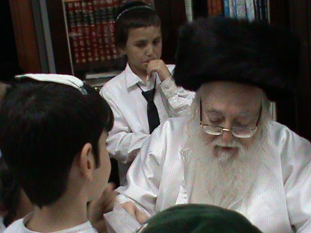 האדמור מהאלמין רבי שלום יהודה גרוס אבות ובנים מוצאי שבת הגדול (43)