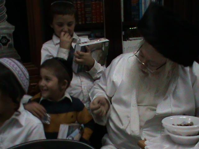 האדמור מהאלמין רבי שלום יהודה גרוס אבות ובנים מוצאי שבת הגדול (48)