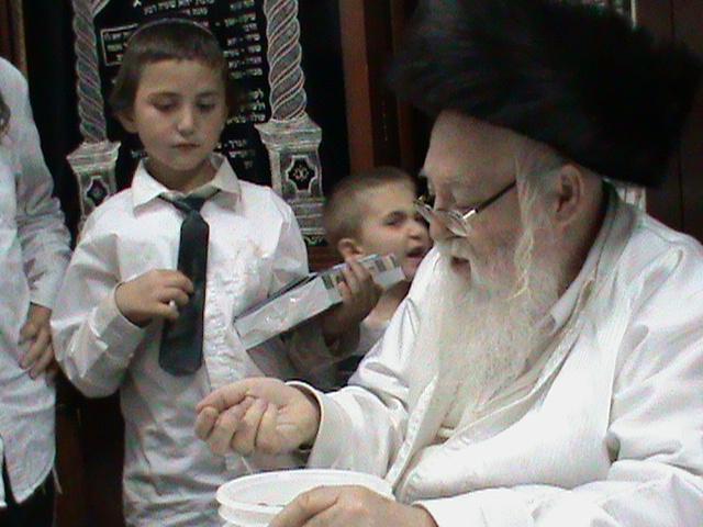האדמור מהאלמין רבי שלום יהודה גרוס אבות ובנים מוצאי שבת הגדול (55)