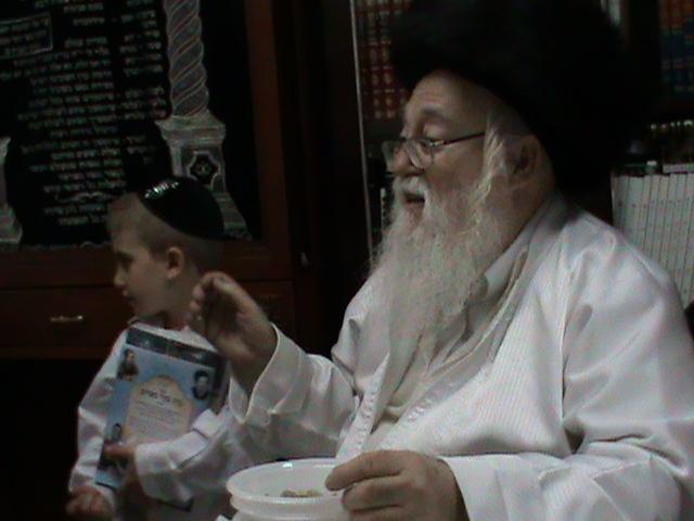 האדמור מהאלמין רבי שלום יהודה גרוס אבות ובנים מוצאי שבת הגדול (59)