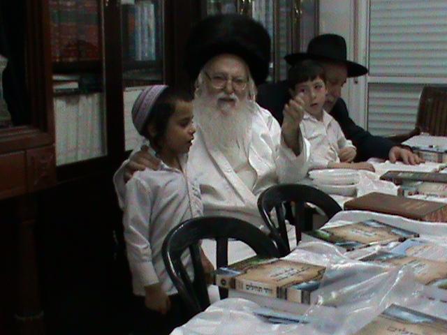 האדמור מהאלמין רבי שלום יהודה גרוס אבות ובנים מוצאי שבת הגדול (61)