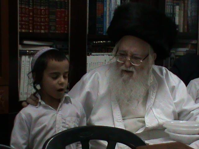האדמור מהאלמין רבי שלום יהודה גרוס אבות ובנים מוצאי שבת הגדול (63)