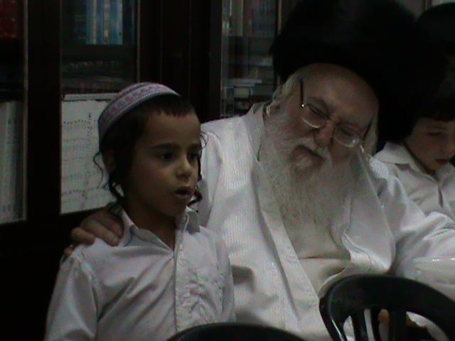 האדמור מהאלמין רבי שלום יהודה גרוס אבות ובנים מוצאי שבת הגדול (67)