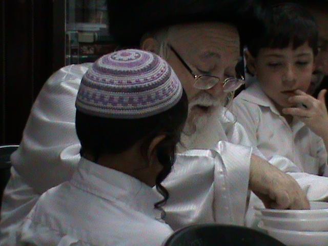 האדמור מהאלמין רבי שלום יהודה גרוס אבות ובנים מוצאי שבת הגדול (70)