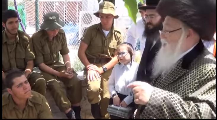 האדמור מהאלמי משוחח ן עם חיילים אודות הזוהר הקדוש-  לג בעומר תשעו מירון