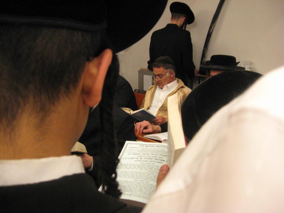 האדמו''ר מהאלמין שליט''א בחלוקה האדירה של ספרי זוהר בחינם ולימוד תיקוני הזוהר במירון (26)