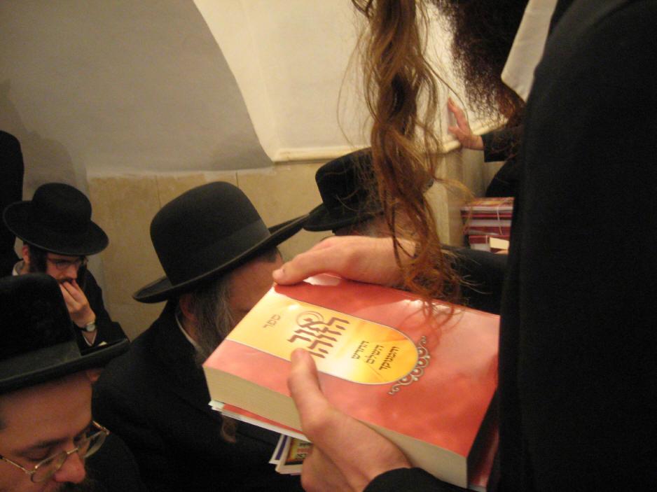 האדמו''ר מהאלמין שליט''א בחלוקה האדירה של ספרי זוהר בחינם ולימוד תיקוני הזוהר במירון (29)