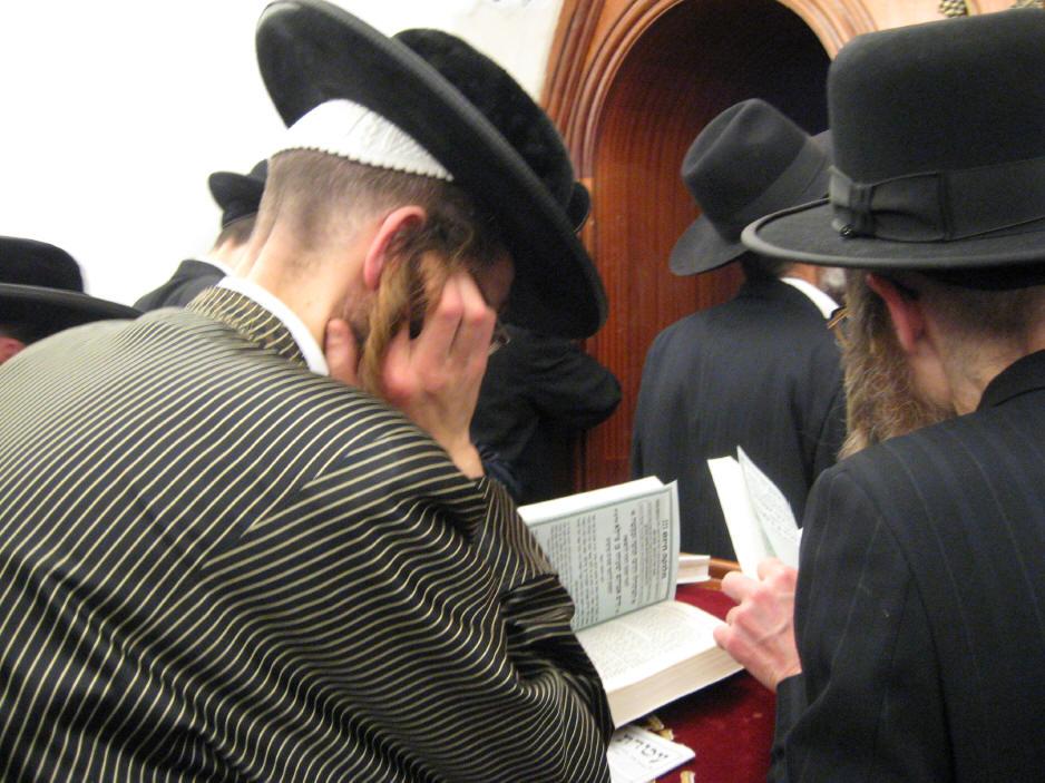 האדמו''ר מהאלמין שליט''א בחלוקה האדירה של ספרי זוהר בחינם ולימוד תיקוני הזוהר במירון (37)