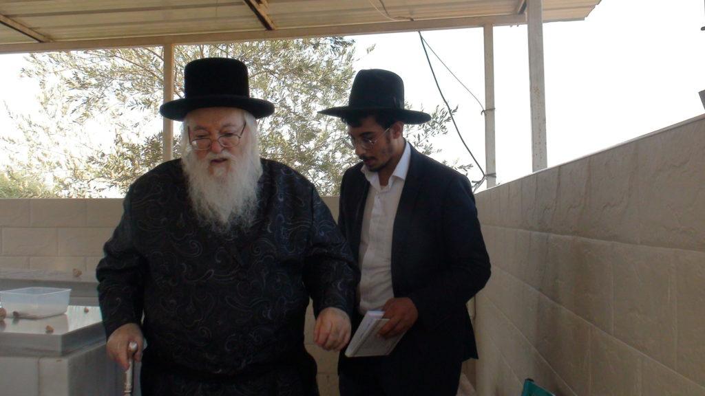האדמור מהאלמין בתפילות בבתי קברות בבית שמש וישובים הסמוכים (1)