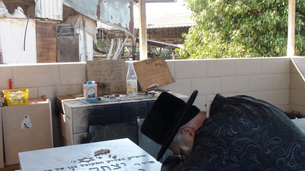האדמור מהאלמין בתפילות בבתי קברות בבית שמש וישובים הסמוכים (3)