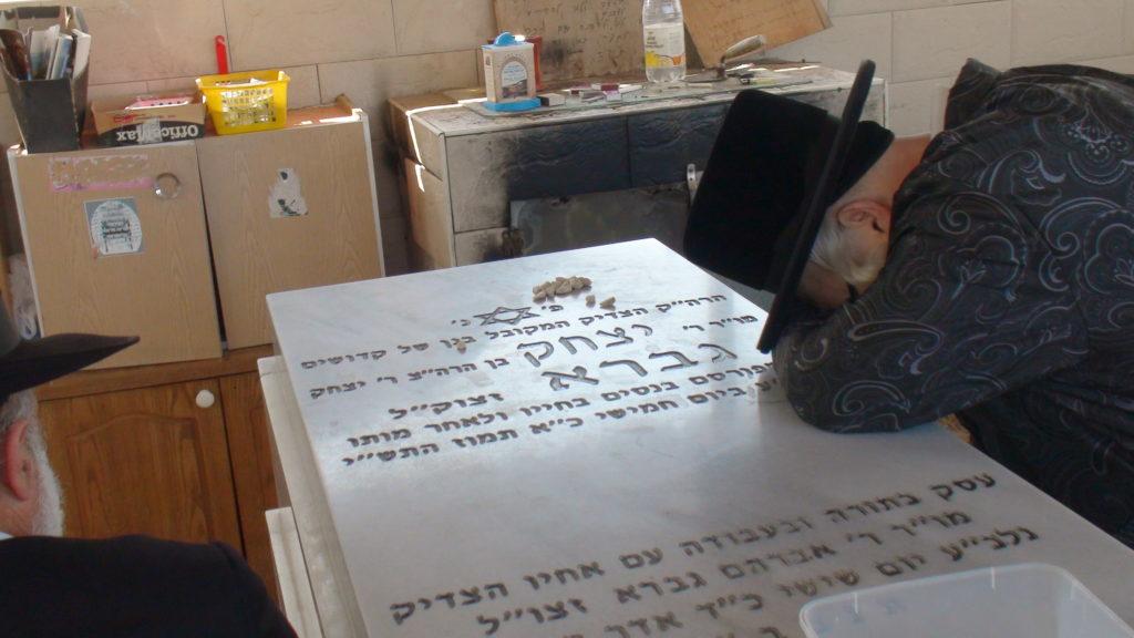 האדמור מהאלמין בתפילות בבתי קברות בבית שמש וישובים הסמוכים (4)