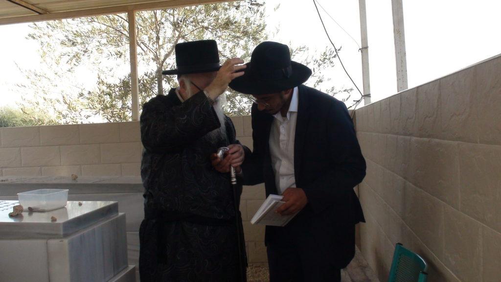 האדמור מהאלמין בתפילות בבתי קברות בבית שמש וישובים הסמוכים (5)