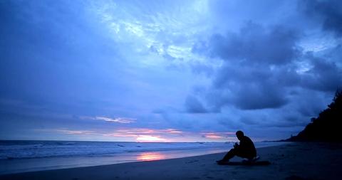 חלומות- אדם על חוף ים יפהפה