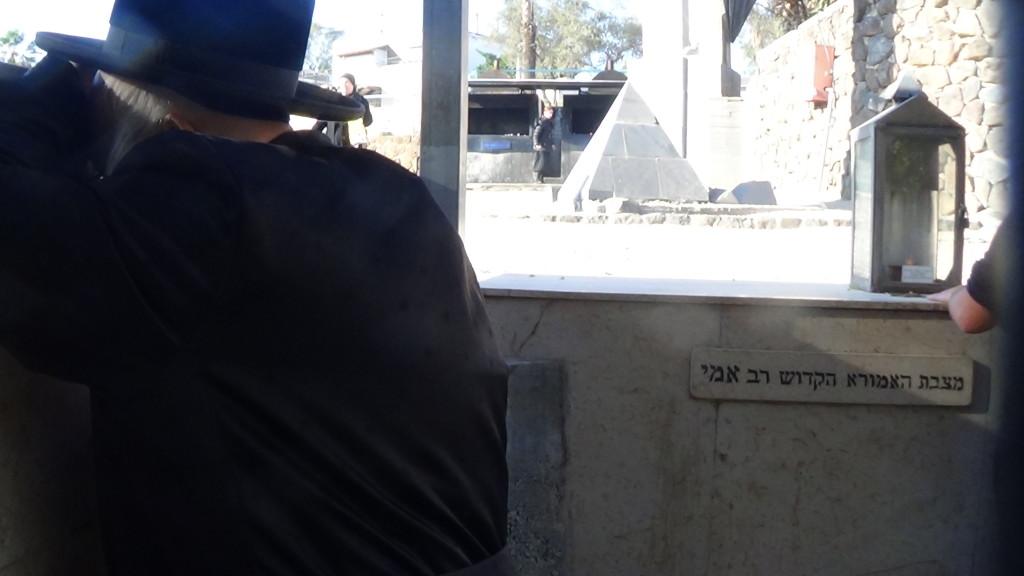 האדמור מהאלמין בתפילות במקומות הקדושים בארץ ישראל מחלק ספרי זוהר תהלים סולם הזוהר ועוד (4)